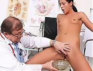 Sporty babe Ronja receives speculum exam